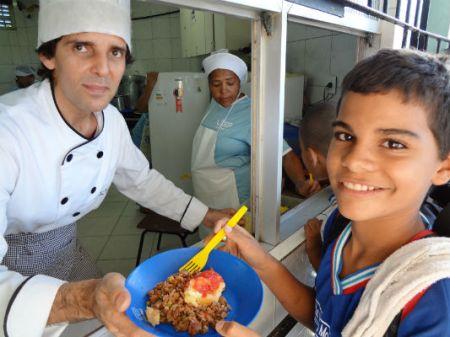 Chef Ramon Simões e alunos durante Merenda com o chef / Crédito: divulgação