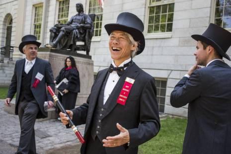 Ex-formandos de Harvard com trajes a rigor em 26 de maio, dia das formaturas. Mitch Dong, em primeiro plano, é membro do Fly Club. Edu Bayer